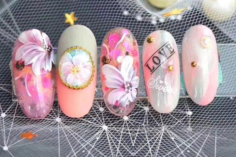 粉色系蝴蝶花彩绘美甲