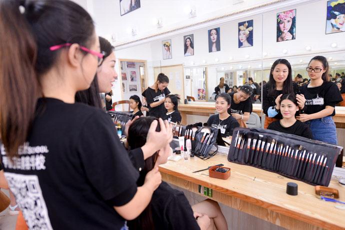 化妆全科班培训学费与时间